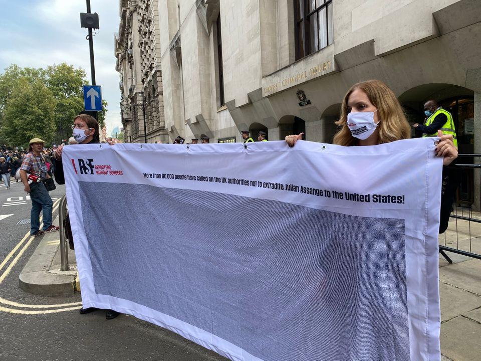 Toimittajat ilman rajoja -järjestö on kerännyt jo yli 80 000 allekirjoittajaa vastustamaan Julian Assangen luovuttamista, tuenosoitus Assangelle meneillään lontoolaisen oikeusistuimen edessä. Kuva: RSF