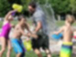 子どもたちと水遊びを楽しむパパ