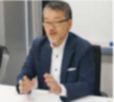 IT会社で編集者と対談する柴田