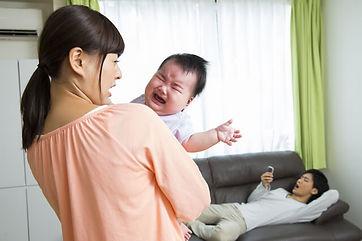 ママが育児に苦労している横でスマホゲームするパパ