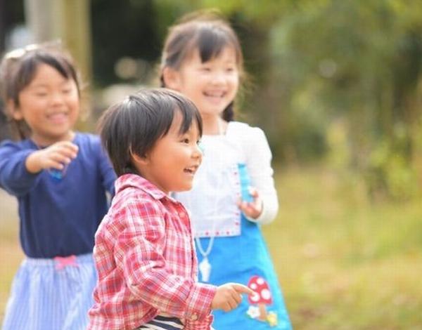 笑顔で遊ぶ子どもたち
