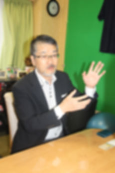 雑誌編集者と対談する柴田