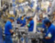 工場で働く若者