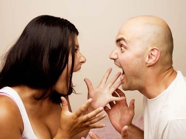 罵り合う夫婦