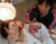 出産直後の母子を見守る父親