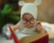 メガネを掛けて勉強する赤ちゃん