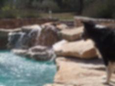 Cascade piscine à débit réglable réalisée par DECOR CONSTRUCTION