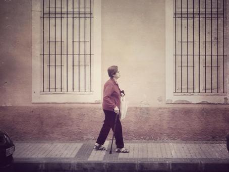 Ella caminaba sola