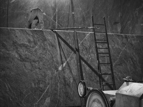 """FANTISCRITTI """"Underworld"""" - Quarry deep in the Mountain > Cavatore prepares the Diamondwire to cut the block"""