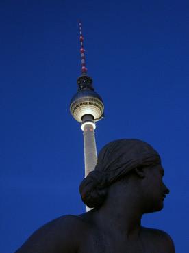 NEPTUN-BRUNNEN VOR FERNSEHTURM Berlin Alexanderplatz
