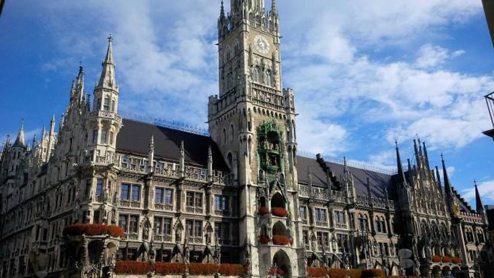 A picture of the New Town Hall in Munich.