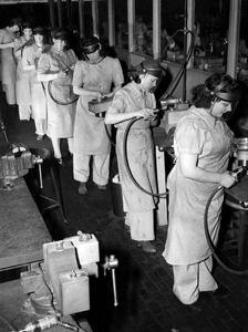 1940s assembly line women