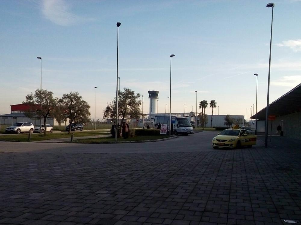 Остановка общественного транспорта  в аэропорту Ринас (Тирана)