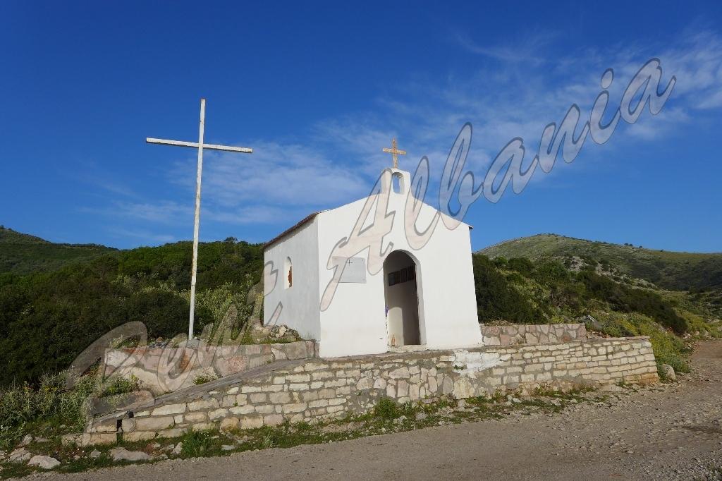 Пляж Lukovë. Церковь Св. Николая
