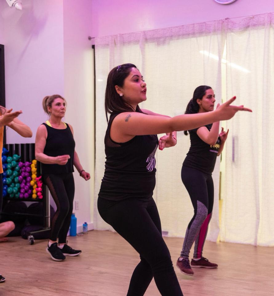 Pooja Uberoi teaching class at a studio