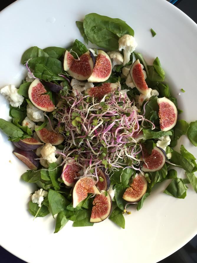 Salat m. blomkål, ost og friske figner