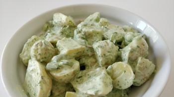 Kold kartoffelsalat med den ultimative grønne dressing