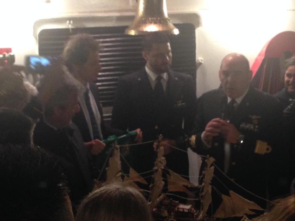 Il Comandante, Capitano di Vascello Pacifici introduce il presidente Scarpa Basteri