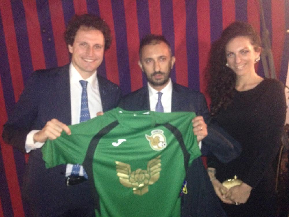 Stefano Tigani riceve la maglia dal Presidente