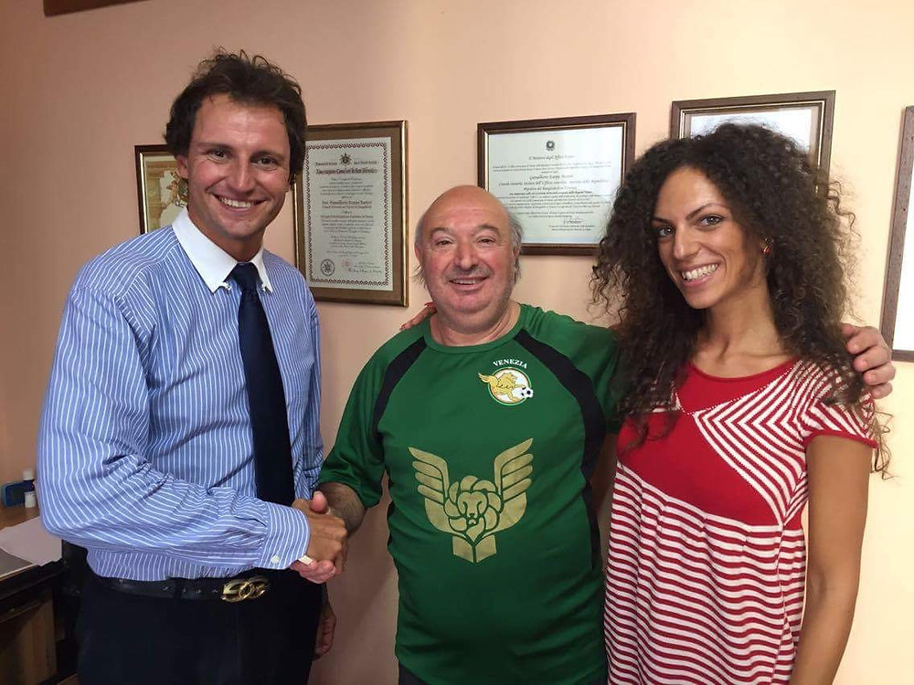 Giovanni Boaga posa per la foto di rito con il presidente e la vicepresidente