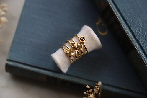 Ringe aus Gelbgold und Feingold mit farbigen Diamantrosen