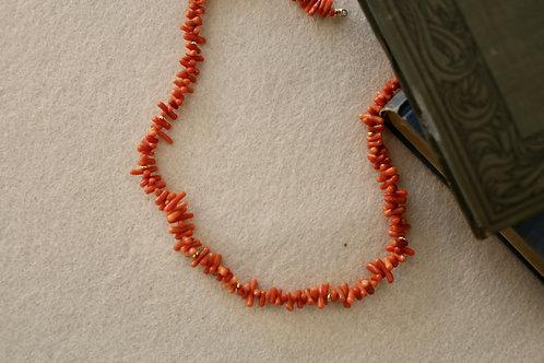 Kette   mit antiken Korallen-Stäbchen  und silber-vergoldeten Perlchen
