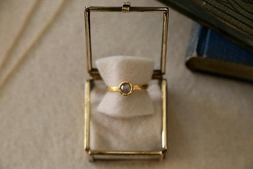 Ring aus 750er Gelbgold und Feingold  mit kleinem grauem Diamant