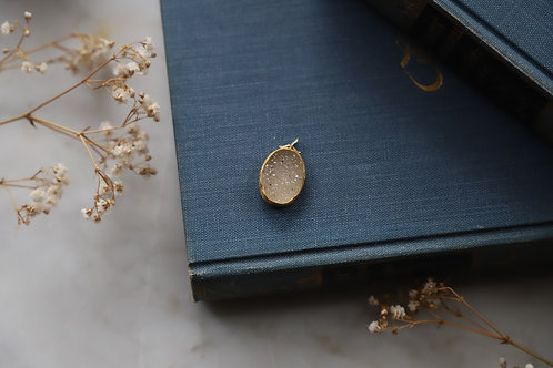 Kettenanhänger aus Silber und Feingold mit weißem Achatkristall