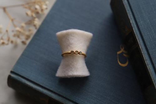 Ring aus Gelbgold und Feingold mit drei kleinen naturfarbenen Diamantrosen