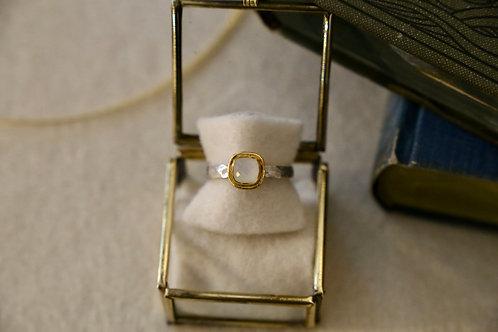Ring aus Silber und Feingold  mit kleinem facettiertem Mondstein
