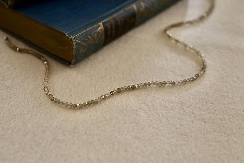Labradorit-Kette  mit kleinen Silber-Perlen.