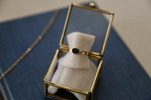 Ring aus Silber und Feingold  mit dunkelblauem Spiell