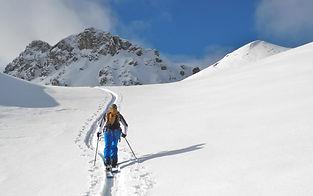 Le splitboard, dernière née des activités hivernales, le nec plus ultra pour ceux qui aiment randonner en montagne en hiver, mais descendre avec les deux pieds attachés ! Découvrez toutes nos sorties, de la journée au stage.