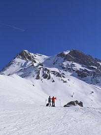 Acquérir les bases de la gestion du risque d'avalanche en randonnée à raquettes : préparation de sortie, gestion de groupe, nivologie pratique et sécurité en terrain enneigé.