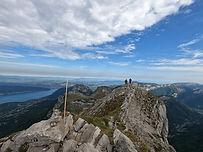 Une jolie course rocher d'initiation, dans un cadre splendide, avec vue sur le lac d'Annecy. Agréable et aérienne course d'arête sur un rocher calcaire. Pour les guides, la façon la plus classe de rejoindre le sommet !