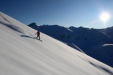 Venez découvrir le splitboard sur 5 jours, dans la vallée de Névaches. Situé au nord des Hautes Alpes à la frontière italienne, cette vallée est idéale pour s'échapper en raid sur plusieurs jours.