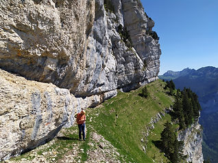 Des parcours insolites, pour découvrir nos montagnes autrement : passages sous-terre, sentiers-balcons perchés au milieu des barres, curiosités géologiques... Suivez le guide !