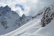 Le domaine des 3 Vallées, reliant les stations de ski de Courchevel, Méribel, Val-Thorens et les Ménuires et le plus grand domaine skiable au monde. Vous y trouverez une multitude de hors-pistes. Que vous soyez débutants ou habitués à la poudreuse, venez découvrir les plus beaux spots de ski hors-pistes !