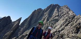 Depuis la vallée ou un refuge, rejoignons une arête rocheuse qui nous conduit par quelques pas d'escalade et d'équilibre jusqu'au sommet. Sensations garanties !