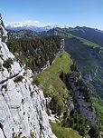 Entre le Rocher de Fitta et le Pinet, les sangles du Fouda Blanc et du Pinet constituent le plus grand sentier perché de Chartreuse : plus de 3km ! Souvenirs inoubliables sur cette longue traversée vertigineuse, qui donne ensuite accès au magnifique plateau de l'Alpette.