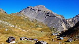 D'une vallée à l'autre, en passant pas des sommets à plus de 3000m, cette traversée du Queyras rime avec dépaysement. Dans une ambiance et des paysages caractéristiques des alpes frontalières, les très bon randonneurs trouveront là une randonnée itinérance autant sauvage que sportive.