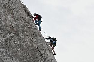 Votre première grande voie, celle que vous n'oublierez pas ! Dans un niveau accessible, une voie de 4-5 longueurs pour s'initier aux joies de la hauteur.