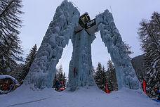 Faites un premier pas vers l'autonomie en escalade sur glace lors d'une séance encadrée par un guide, sur la magnifique structure artificielle de Champagny-en-Vanoise, unique en France !
