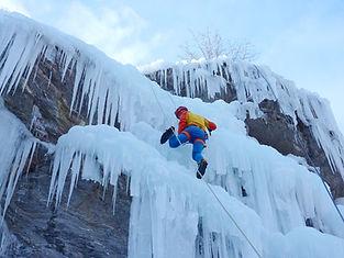 Un stage de glace dans le Queyras, dans une des mecques de l'activité ! En fonction de votre niveau, faites vos premières expériences ou confrontez-vous à la difficulté, sur des cascades incontournables du secteur !