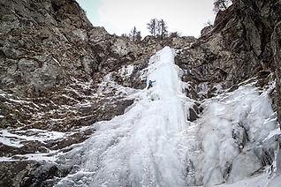 Si vous savez bien ancrer vos piolets et planter vos crampons, il est maintenant temps d'aller s'essayer à l'escalade sur de véritables cascades, en site naturel ! Des voies faciles aux plus dures, il y en a pour tous les goûts et tous les niveaux !