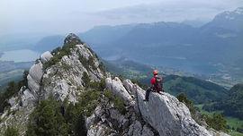 Caractéristique et bien visible depuis le lac d'Annecy, le Roc des Boeufs présente sur sa face su une très belle arête rocheuse, qui permettra de faire une initiation aux courses rocheuses sans être en haute montagne. Belle ambiance, au coeur des Bauges, avec une vue imprenable sur le lac d'Annecy.