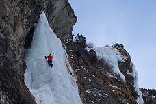 Une cascade de glace au soleil ! Oui, tout est possible dans cette belle vallée. La cascade de la Vuzelle offre une multitude de lignes aussi belles les une que les autres. Il faudra cependant attendre des bonnes conditions de glace et se lever tôt, car si il est agréable de grimper au soleil, il faut être attentifs aux conditions pour pratiquer en sécurité.