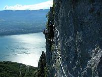 Au départ du col du Chat, la via-ferrata fait le tour du Roc du Cornillon en offrant une vue imprenable sur le lac du Bourget. Bien que facile, elle offre des sensations fortes !