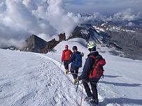 Au fond du Val Savarenche, au sud d'Aoste, se dresse le Grand Paradis à 4061m, seul 4000m du massif éponyme. Une ascension facile pour un premier 4000 entre amis ou en famille !