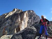 Un stage pour progresser vers l'autonomie en alpinisme, et vous permettre d'aborder vos prochaines courses plus sereinement. Reprenez là toutes les bases afin de pratiquer avec plaisir, en sécurité. Ecrins, Vanoise, Mont-Blanc... les destinations changent en fonction des envies et des conditions !